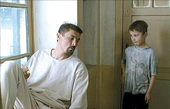 """Kjeltringen Hamro (Maruf Pulodzoda) i """"Fararishtay kifti rost"""" (Engelen på høyre skulder)"""