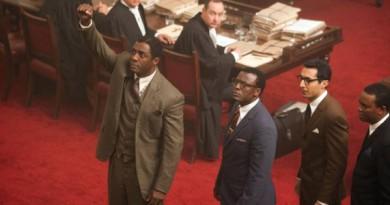 Mandela (Idris Elba) under Rivonia-rettsaken (1963-64), hvor han ble dømt til livsvarig fengsel.